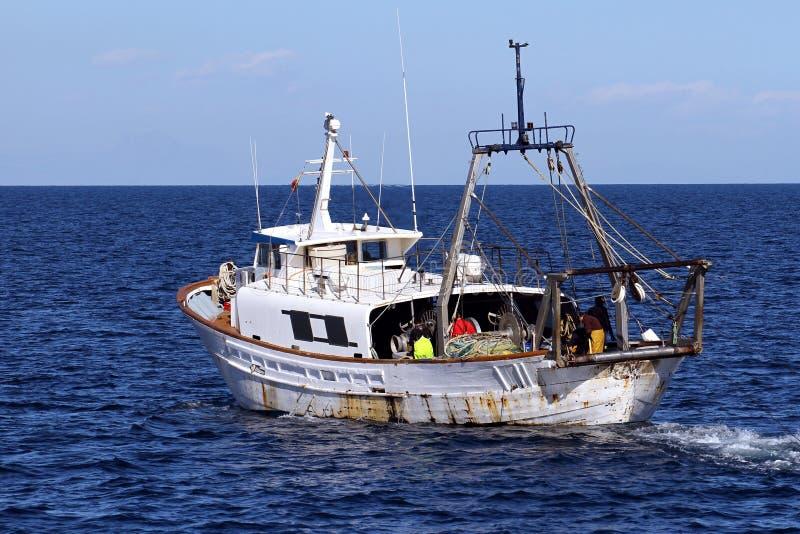 Αλιευτικό σκάφος αλιευτικών πλοιαρίων έτοιμο να χρησιμοποιήσει τα δίχτυα στοκ φωτογραφία με δικαίωμα ελεύθερης χρήσης