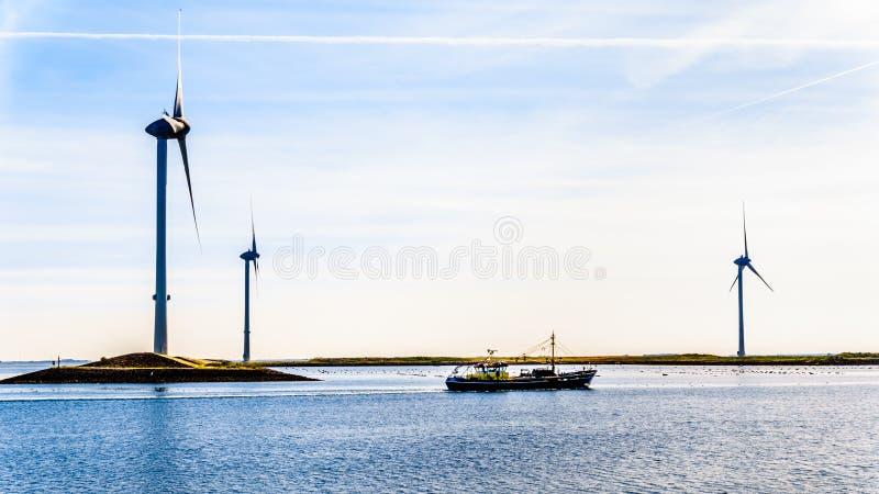 Αλιευτικό σκάφος και ανεμοστρόβιλοι στον κολπίσκο Oosterschelde στο νησί Neeltje Jans Zeeland στην επαρχία στις Κάτω Χώρες στοκ φωτογραφίες με δικαίωμα ελεύθερης χρήσης