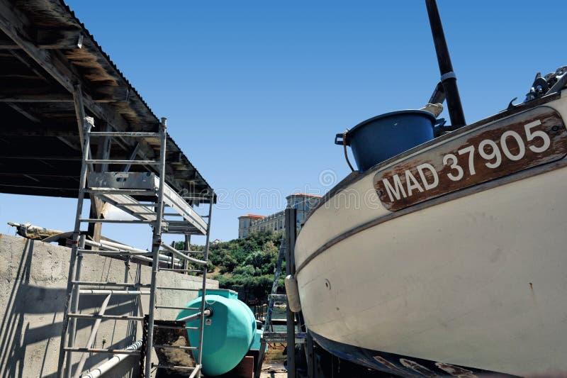 Αλιευτικό σκάφος που επισκευάζεται σε έναν fairing τομέα της περιοχής pharo στη Μασσαλία στοκ φωτογραφία με δικαίωμα ελεύθερης χρήσης