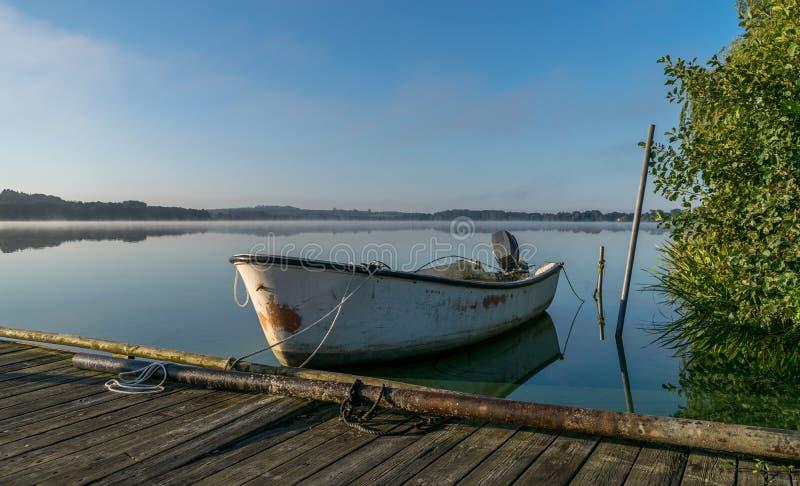 Αλιευτικό σκάφος στην ανατολή στη Δανία στοκ εικόνα με δικαίωμα ελεύθερης χρήσης
