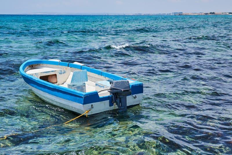 Αλιευτικό σκάφος στη θάλασσα με sunray, Hua-Hin, Ταϊλάνδη στοκ εικόνες