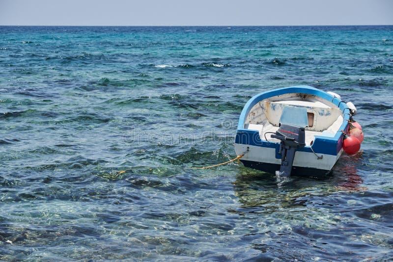 Αλιευτικό σκάφος στη θάλασσα με sunray, Hua-Hin, Ταϊλάνδη στοκ εικόνες με δικαίωμα ελεύθερης χρήσης