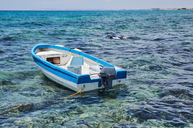 Αλιευτικό σκάφος στη θάλασσα με sunray, Hua-Hin, Ταϊλάνδη στοκ φωτογραφίες