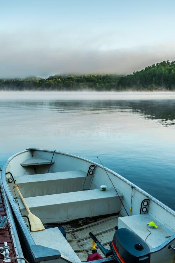 Αλιευτικό σκάφος στο ήρεμο νερό λιμνών, παλαιά βάρκα μηχανών στοκ φωτογραφία με δικαίωμα ελεύθερης χρήσης