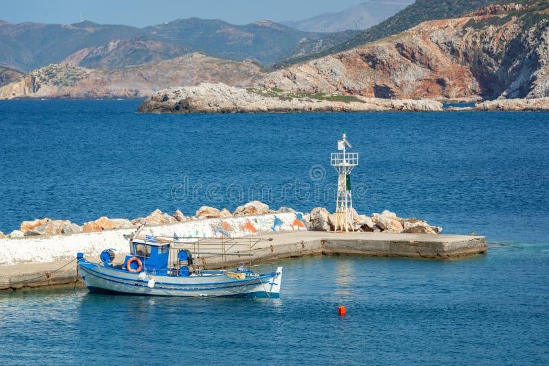 Αλιευτικό σκάφος στο μικρό λιμάνι του Μπαλί, Κρήτη Ελλάδα στοκ εικόνες