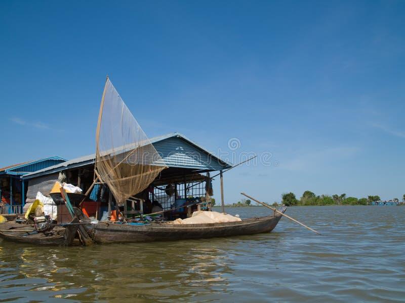 Αλιευτικό σκάφος Tonle στο σφρίγος, Καμπότζη στοκ εικόνα