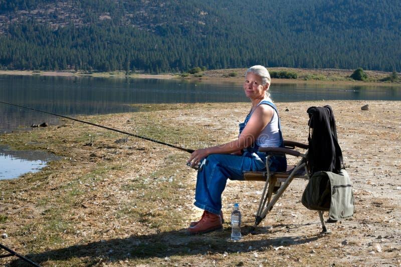αλιεύοντας γυναίκα στοκ εικόνα με δικαίωμα ελεύθερης χρήσης