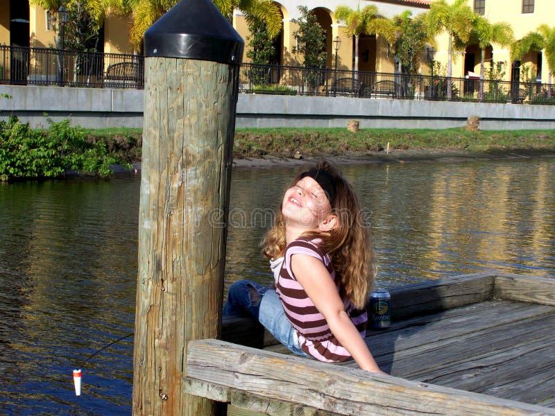 αλιεύοντας κορίτσι δια&sig στοκ εικόνα