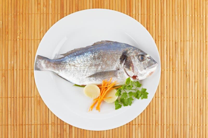 Download αλιεύστε φρέσκο στοκ εικόνα. εικόνα από κομμάτι, πιάτο - 13187829