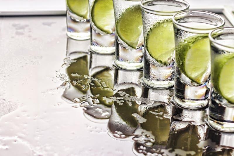 αλκοολών Ο πυροβολισμός Tequila, ασβέστης, άλας θάλασσας, πάγος, κοκτέιλ, κόμμα, κλείνει επάνω, τοπ άποψη, διάστημα αντιγράφων στοκ φωτογραφίες με δικαίωμα ελεύθερης χρήσης