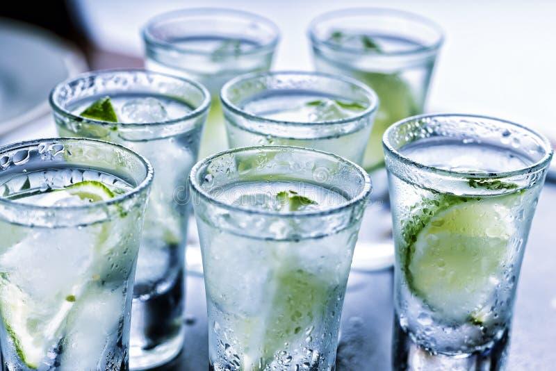 αλκοολών caipirinha, βότκα, τζιν, tequila με τον πάγο, ασβέστης Γυαλιά, κόμμα στη λέσχη στοκ φωτογραφία