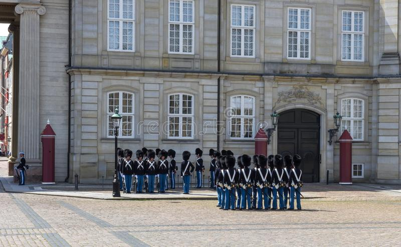Αλλαγή της φρουράς στο παλάτι Amalienborg στη πλατεία της πόλης στην Κοπεγχάγη, Δανία στοκ εικόνες