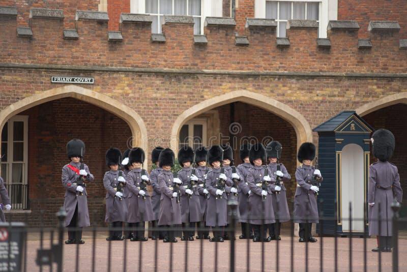 Αλλαγή των φρουρών στο Friary δικαστήριο, Λονδίνο στοκ φωτογραφίες