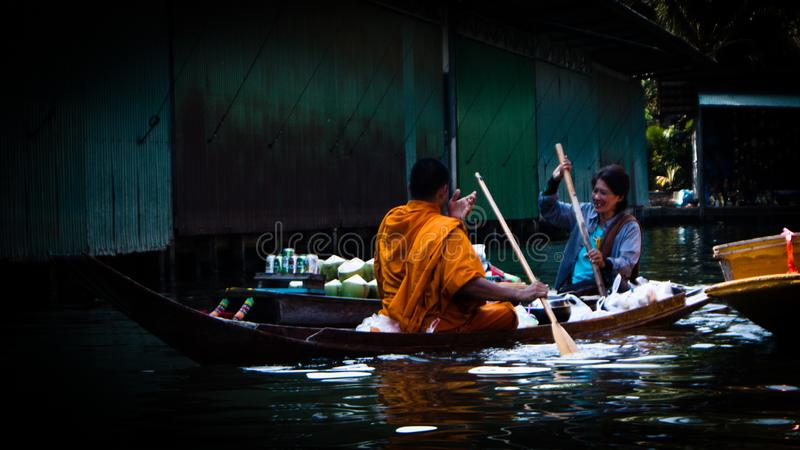 Αλληλεπίδραση με το μοναχό buddist στοκ εικόνες