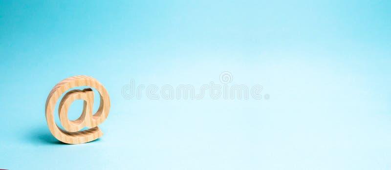 Αλληλογραφία Διαδικτύου, ανακοίνωση σχετικά με το διαδίκτυο Εικονίδιο ηλεκτρονικού ταχυδρομείου στο μπλε υπόβαθρο Καθιέρωση των ε στοκ εικόνες
