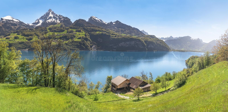 Αλπική λίμνη με τα βουνά και τα λιβάδια άνοιξη στοκ φωτογραφία με δικαίωμα ελεύθερης χρήσης
