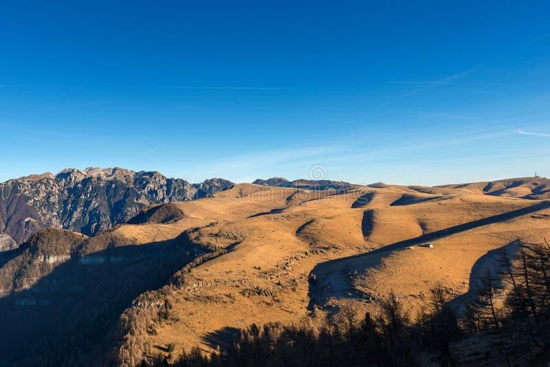 Αλπικοί λόφοι και οροπέδιο Lessinia - της Ιταλίας στοκ φωτογραφία με δικαίωμα ελεύθερης χρήσης
