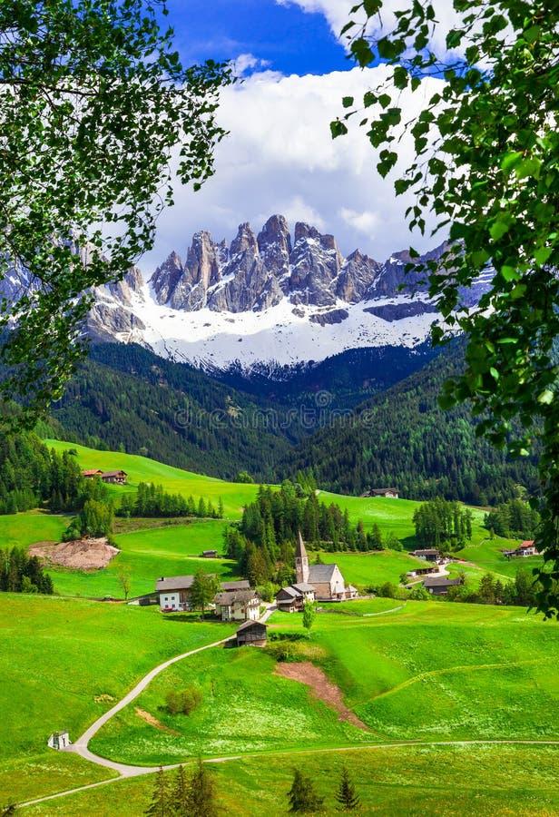 Αλπικό τοπίο - βουνά δολομιτών και παραδοσιακά χωριά Β στοκ φωτογραφίες