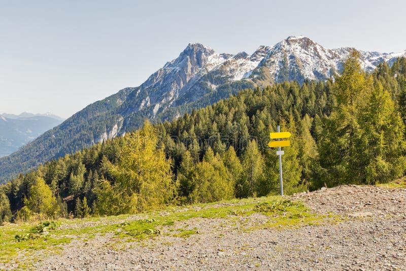 Αλπικό τοπίο με τα οδικά σημάδια σε δυτικό Carinthia, Αυστρία στοκ φωτογραφία με δικαίωμα ελεύθερης χρήσης