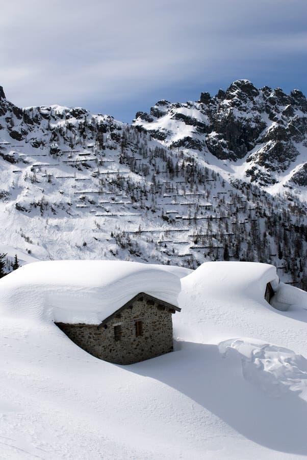 αλπικό χιόνι καλυβών κάτω στοκ εικόνες με δικαίωμα ελεύθερης χρήσης