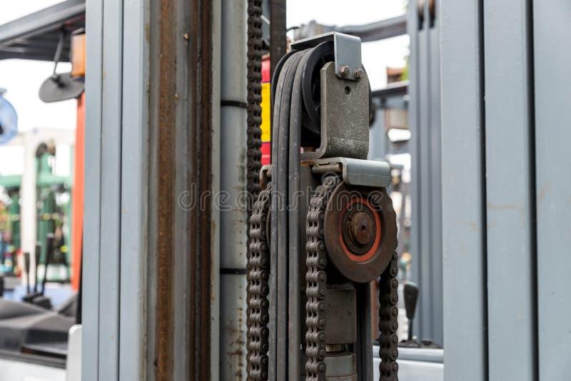 Αλυσίδα μηχανών μηχανών με το μέρος ροδών βαραίνω forklift του φορτηγού στοκ εικόνα με δικαίωμα ελεύθερης χρήσης