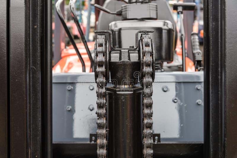 Αλυσίδα μηχανών μηχανών με το μέρος ροδών βαραίνω forklift του φορτηγού στοκ εικόνες με δικαίωμα ελεύθερης χρήσης