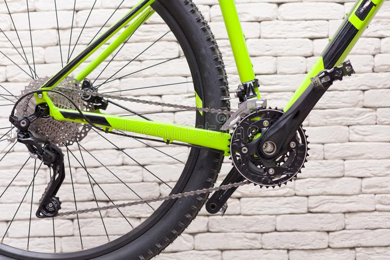 Αλυσίδα ποδηλάτων ενάντια σε έναν άσπρο τουβλότοιχο Αλυσσοτροχοί ποδηλάτων στοκ φωτογραφία με δικαίωμα ελεύθερης χρήσης