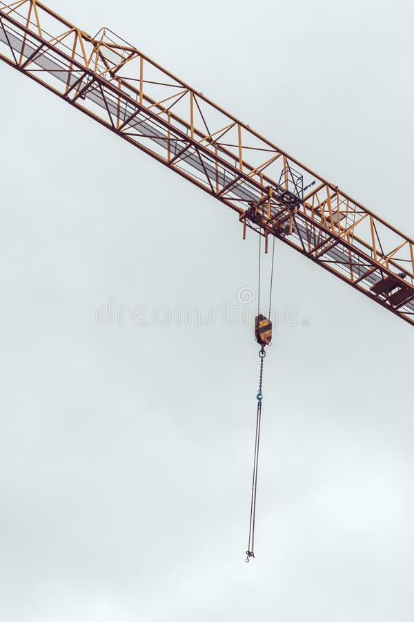 Αλυσίδες γερανών εργοτάξιων οικοδομής με τους γάντζους στον αέρα στοκ εικόνες με δικαίωμα ελεύθερης χρήσης