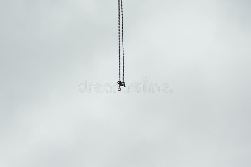 Αλυσίδες γερανών εργοτάξιων οικοδομής με τους γάντζους στον αέρα στοκ φωτογραφία με δικαίωμα ελεύθερης χρήσης