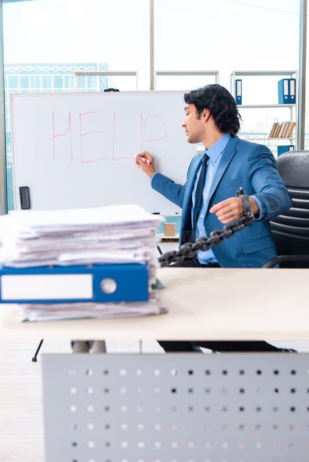 Αλυσοδεμένος άνδρας υπάλληλος δυστυχισμένος με την υπερβολική εργασία στοκ εικόνες με δικαίωμα ελεύθερης χρήσης