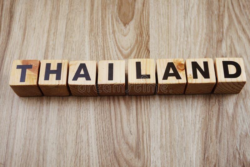 Αλφάβητο επιστολών λέξης της Ταϊλάνδης στο ξύλινο υπόβαθρο στοκ εικόνες
