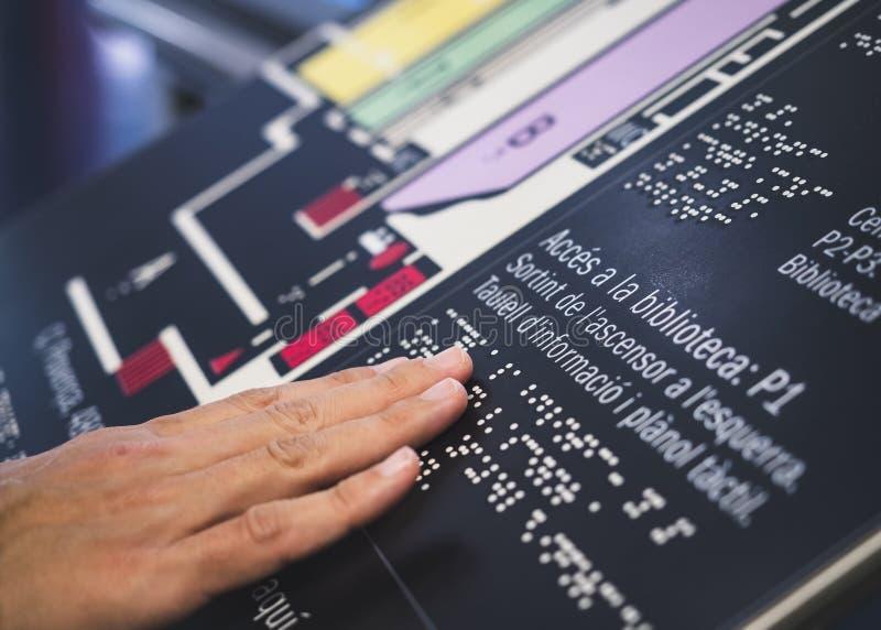 Αλφάβητο συστημάτων σηματοδότησης μπράιγ που διαβάζει την τυφλή ανακοίνωση καταλόγου σχετικά με το δημόσιο κτίριο στοκ φωτογραφία με δικαίωμα ελεύθερης χρήσης