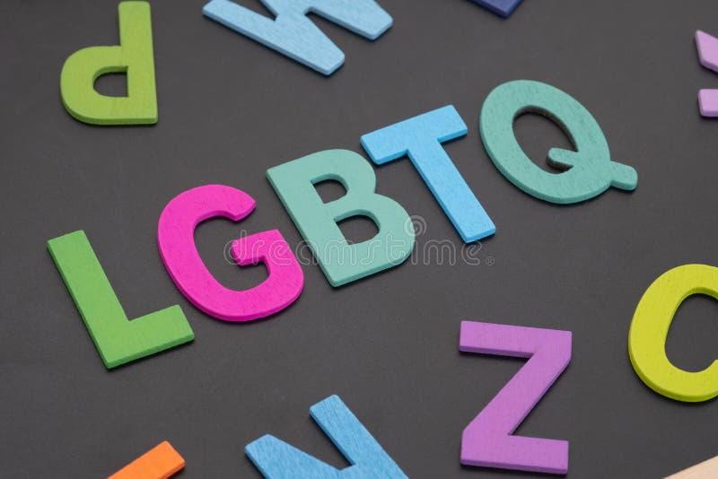 Αλφαβητικό από πολύχρωμο ξύλο με ΛΟΑΤΚΙ λέξη σε μαύρο φόντο Έννοια του ακτιβισμού ΛΟΑΤ στοκ φωτογραφίες με δικαίωμα ελεύθερης χρήσης