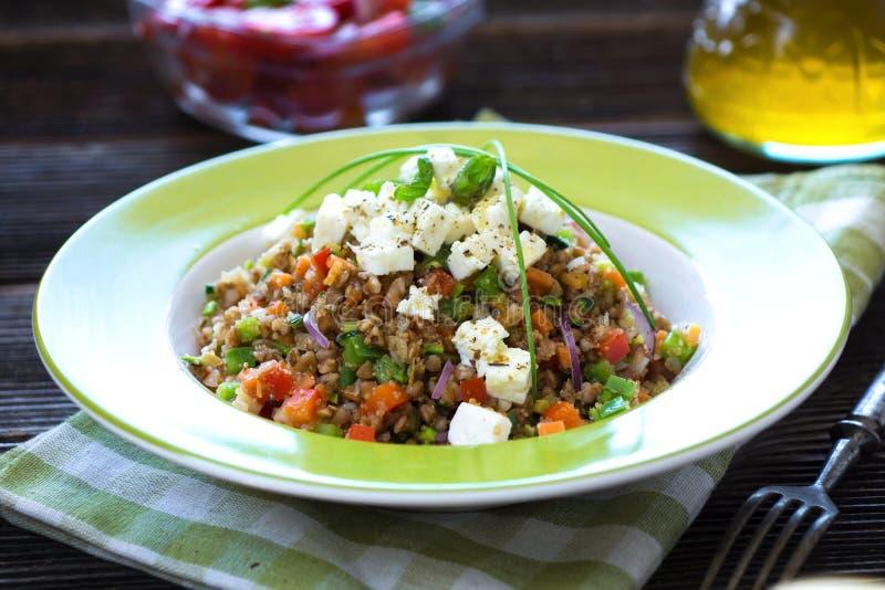 Αμάραντος και φαγόπυρο με τα λαχανικά και το τυρί φέτας στοκ φωτογραφίες