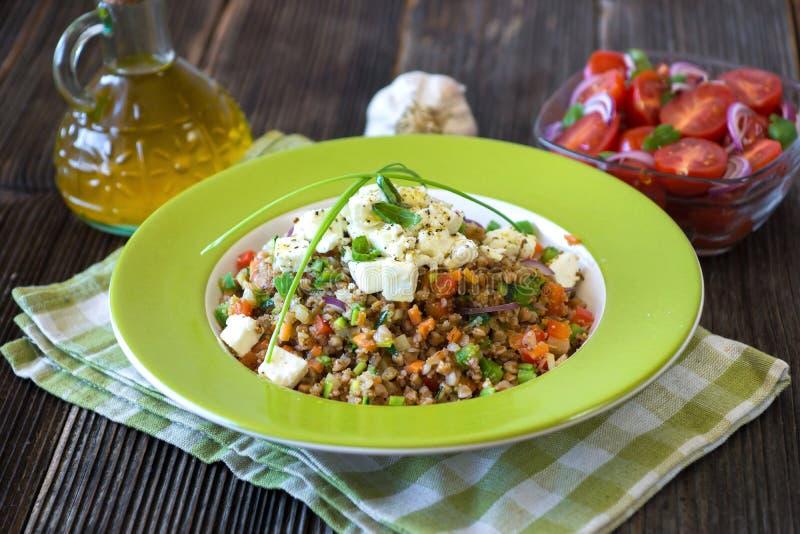 Αμάραντος και φαγόπυρο με τα λαχανικά και το τυρί φέτας στοκ εικόνα
