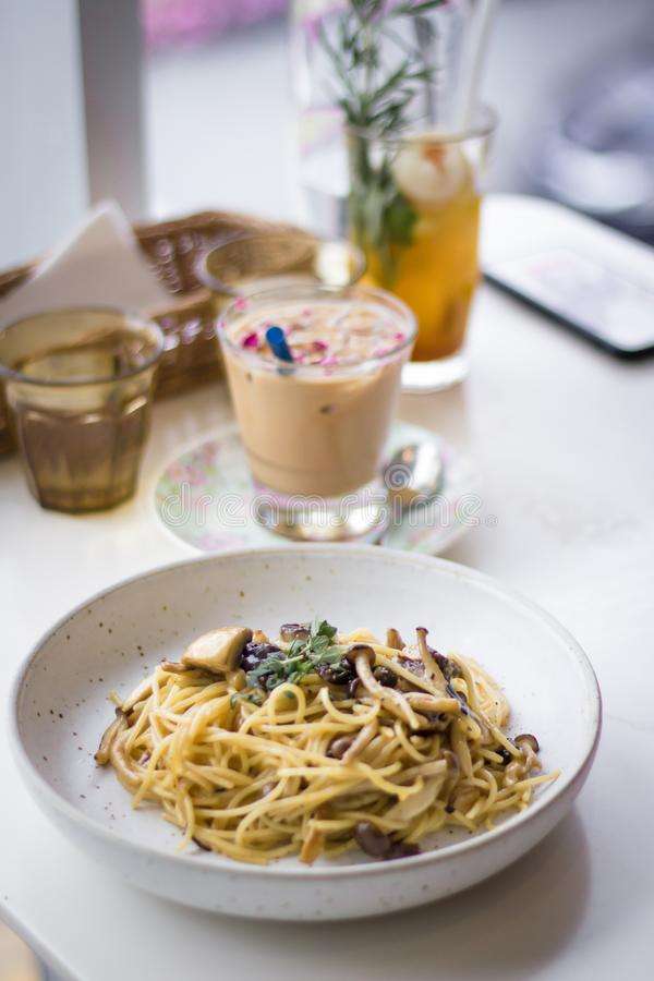 Αμαρτωλό μεσημεριανό γεύμα σε έναν κόσμιο καφέ στοκ φωτογραφία