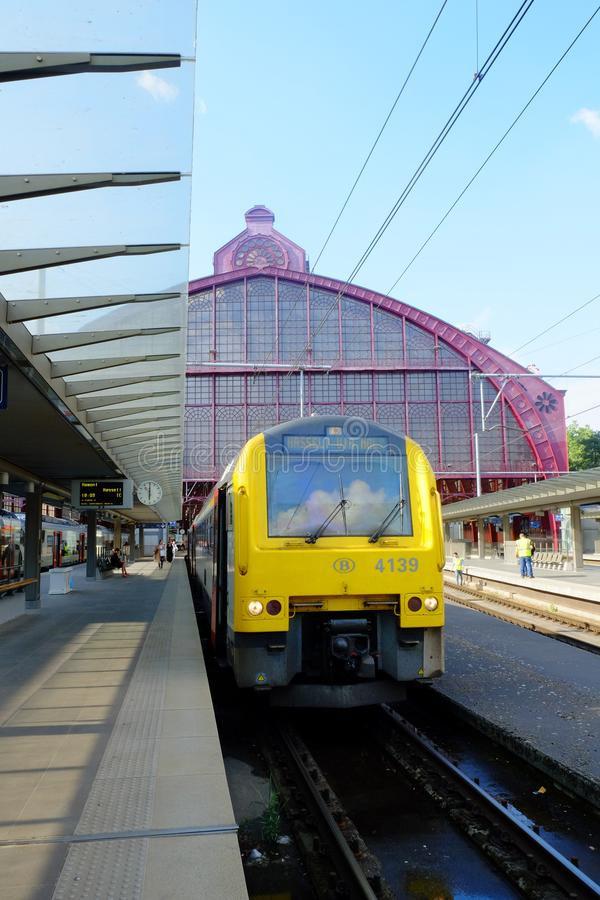 Αμβέρσα, Βέλγιο, το Μάιο του 2019, τραίνο που περιμένει στην πλατφόρμα του κεντρικού σταθμού της Αμβέρσας στοκ φωτογραφία με δικαίωμα ελεύθερης χρήσης