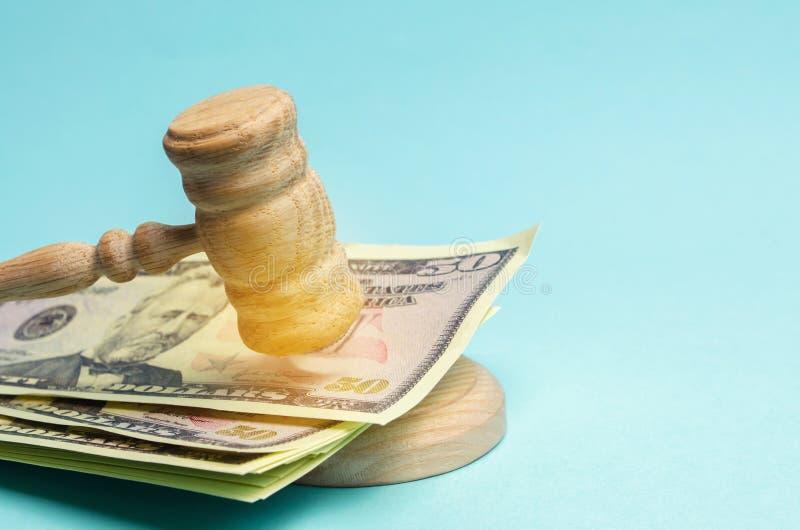 Αμερικανικά δολάρια και σφυρί του δικαστή/gavel Η έννοια της δωροδοκίας στο κράτος και την κυβέρνηση δικαστήριο Πτώχευση, δωροδοκ στοκ φωτογραφίες με δικαίωμα ελεύθερης χρήσης