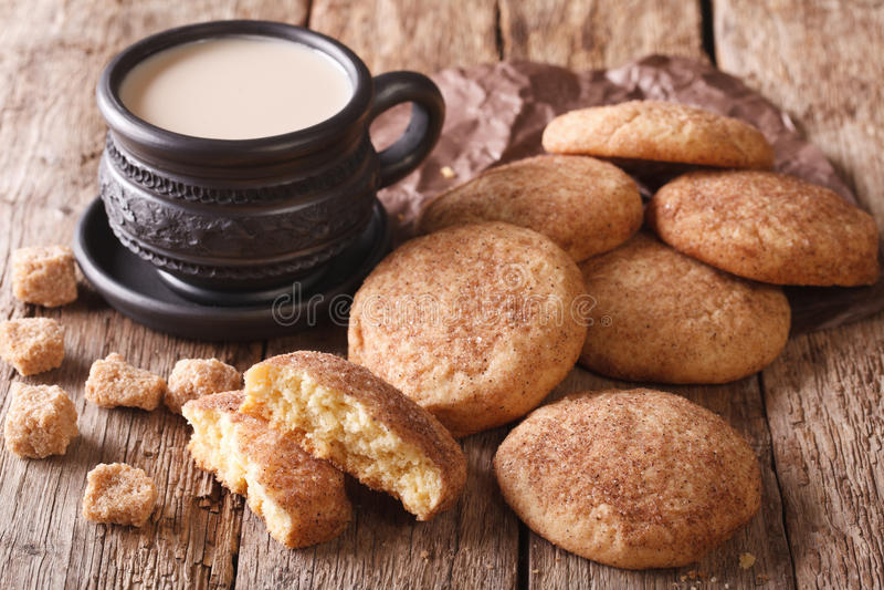 Αμερικανικά μπισκότα Snickerdoodle και καφές με την κινηματογράφηση σε πρώτο πλάνο γάλακτος Ho στοκ εικόνες