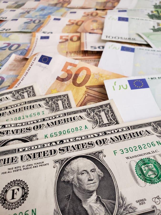 αμερικανικά τραπεζογραμμάτια δολαρίων και ευρο- λογαριασμοί των διαφορετικών μετονομασιών στοκ εικόνα