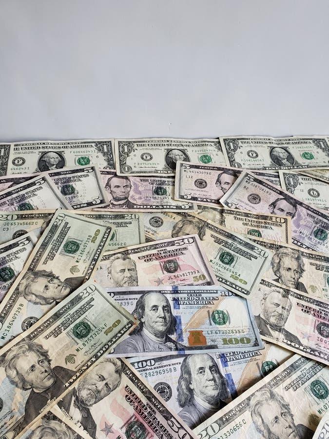 Αμερικανικά τραπεζογραμμάτια δολαρίων των διαφορετικών μετονομασιών και του άσπρου υποβάθρου στοκ φωτογραφία με δικαίωμα ελεύθερης χρήσης