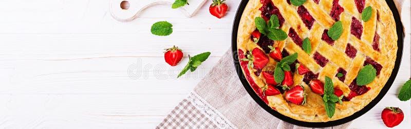 Αμερικανικά φραουλών πιτών ξινά τρόφιμα ζύμης κέικ γλυκά ψημένα στον άσπρο ξύλινο πίνακα στοκ εικόνες