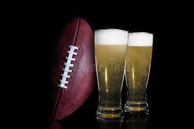 Αμερικανικές ποδόσφαιρο & μπύρα στοκ εικόνα