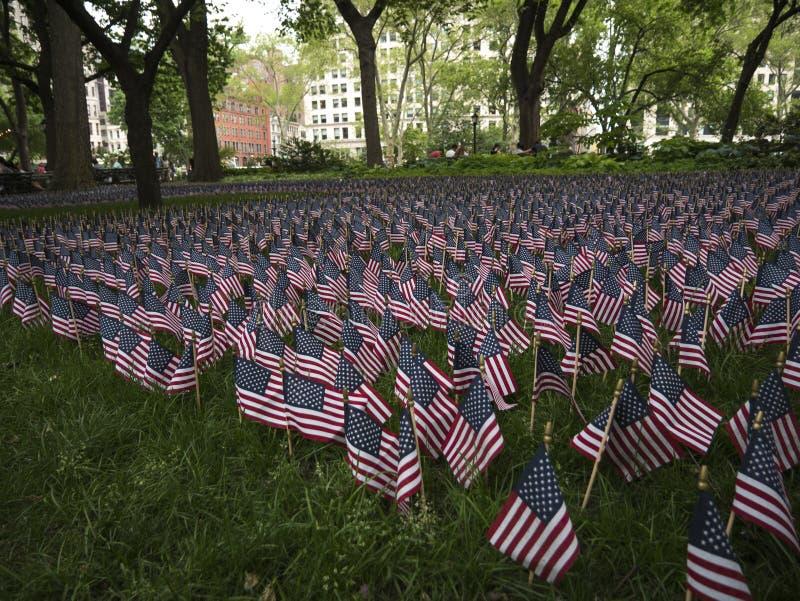 Αμερικανικές σημαίες που η ημέρα μνήμης στην πόλη της Νέας Υόρκης στοκ φωτογραφίες με δικαίωμα ελεύθερης χρήσης