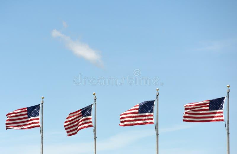 Αμερικανικές σημαίες που κυματίζουν στο μπλε ουρανό στοκ φωτογραφία με δικαίωμα ελεύθερης χρήσης