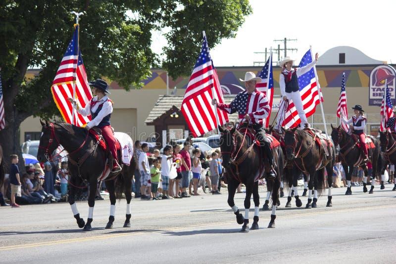 Αμερικανικές σημαίες στην πατριωτική παρέλαση στοκ εικόνα