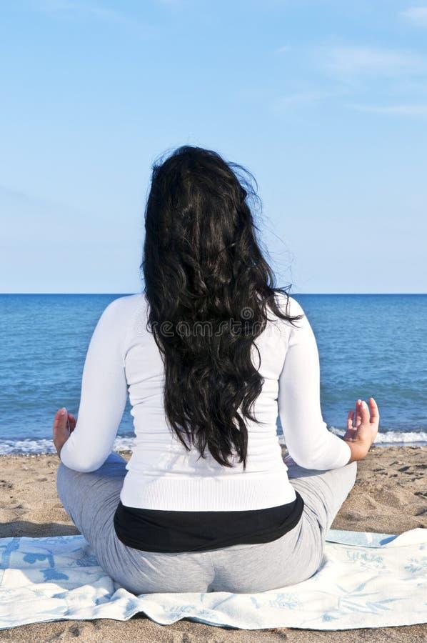 αμερικανικές meditating εγγενεί& στοκ φωτογραφία με δικαίωμα ελεύθερης χρήσης