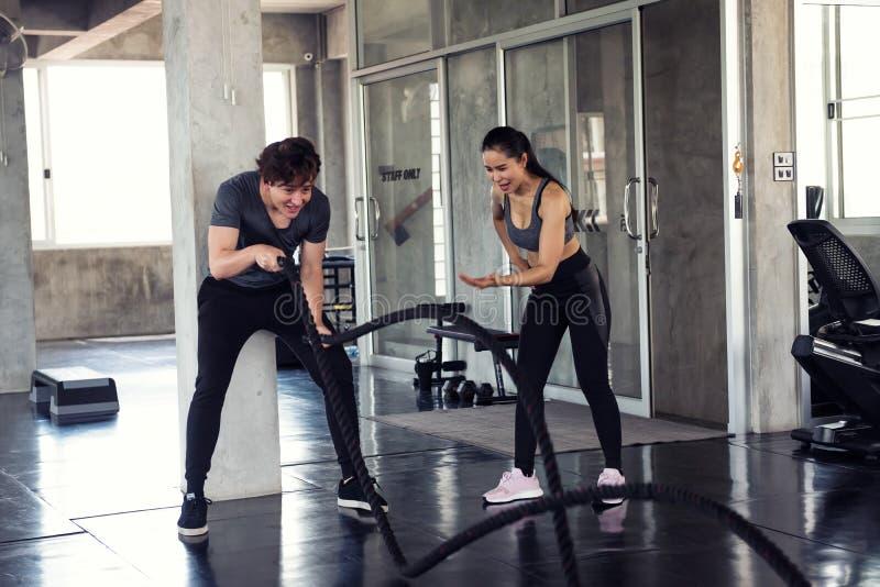 Αμερικανική άσκηση σχοινιών μάχης ατόμων με τον εκπαιδευτή στοκ εικόνες με δικαίωμα ελεύθερης χρήσης