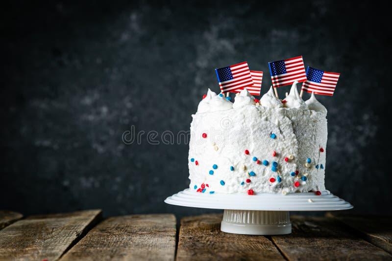 Αμερικανική έννοια εθνικών εορτών - 4η της ημέρα μνήμηςης Ιουλίου, ημέρα εργασίας Βαλμένο σε στρώσεις spounge κέικ στα χρώματα ΑΜ στοκ φωτογραφίες
