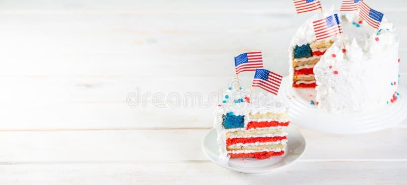 Αμερικανική έννοια εθνικών εορτών - 4η της ημέρα μνήμηςης Ιουλίου, ημέρα εργασίας Βαλμένο σε στρώσεις spounge κέικ στα χρώματα ΑΜ στοκ εικόνα με δικαίωμα ελεύθερης χρήσης